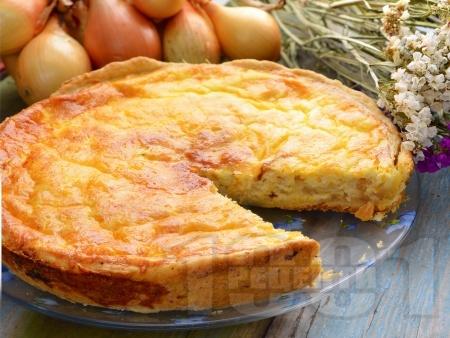 Лучен пирог със сирене, яйца, сметана и прясно мляко - снимка на рецептата